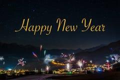 Fyrverkerier för helgdagsafton för ` s för nytt år i Fiss i Österrike med den lyckliga texten arkivfoton