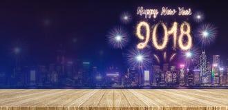 Fyrverkerier för lyckligt nytt år 2018 över cityscape på natten med tomt Royaltyfri Fotografi