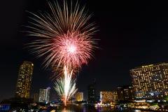 Fyrverkerier för nytt år över den Chaopraya floden i Bangkok Thailand Royaltyfri Bild