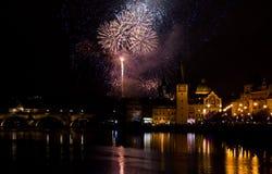 Fyrverkerier för nytt år i Prague Arkivfoto