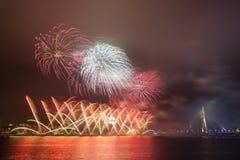 Fyrverkerier för nytt år i Riga, huvudstad av Lettland Fotografering för Bildbyråer