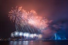 Fyrverkerier för nytt år i Riga, huvudstad av Lettland Royaltyfria Foton