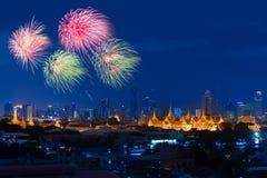 Fyrverkerier fördelade ovanför den storslagna slotten, Bangkok Royaltyfri Fotografi