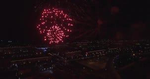 Fyrverkerier flyger natten 4k lager videofilmer