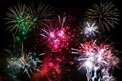 Fyrverkerier för nytt år på himlen Arkivbild