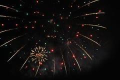 Fyrverkerier fyrverkeri bakgrund heavenly Fantastisk festoon av att blinka moussera ljus i natthimlen under det nya året och arkivbilder