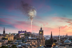 Fyrverkerier i Edinburgh rockerar på solnedgången Fotografering för Bildbyråer