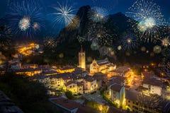Fyrverkerier i Gemona med domkyrkan av Santa Maria In Gemona, Italien Royaltyfria Bilder