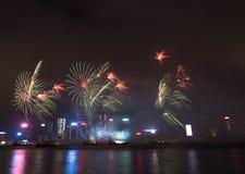 Fyrverkerier i Hong Kong New Year beröm 2017 på Victoria Harbor Royaltyfri Fotografi