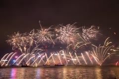 Fyrverkerier i Hong Kong New Year beröm 2017 på Victoria Harbor Arkivbild