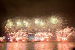 Fyrverkerier i Hong Kong New Year beröm 2017 på Victoria Harbor fotografering för bildbyråer