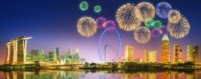 Fyrverkerier i Marina Bay, Singapore horisont Royaltyfri Bild