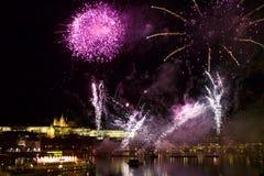 Fyrverkerier i natten i mitten av Prague Fotografering för Bildbyråer