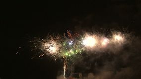 Fyrverkerier i nattskyen stock video