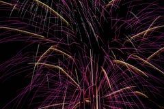 Fyrverkerier i nattskyen Arkivfoton