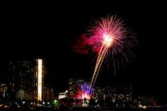 Fyrverkerier i Waikiki i Honolulu, Hawaii, USA Royaltyfria Bilder