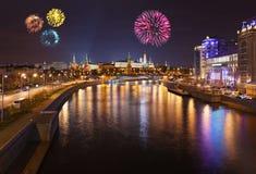 fyrverkerier kremlin moscow över Arkivfoto