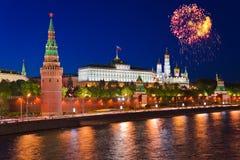 fyrverkerier kremlin moscow över Royaltyfri Foto