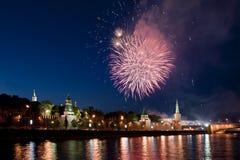 fyrverkerier kremlin moscow över russia Royaltyfri Bild