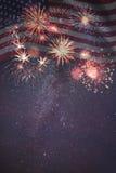 Fyrverkerier och flagga av Amerika Arkivbild
