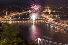 Fyrverkerier ovanför Donau bredvid den Chain bron Royaltyfri Fotografi