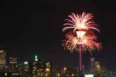 Fyrverkerier på CN-tornet i Toronto Arkivbilder