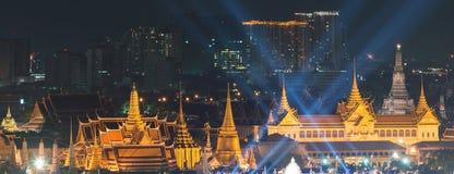 Fyrverkerier på dag för fader` s på Emerald Buddha, Bangkok, Thailand Royaltyfria Foton