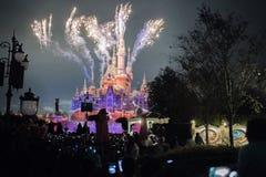 Fyrverkerier på den förtrollade sagobokslotten på Shanghai Disneyland, Kina royaltyfri foto