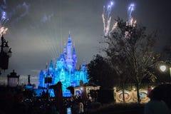 Fyrverkerier på den förtrollade sagobokslotten på Shanghai Disneyland, Kina royaltyfri bild