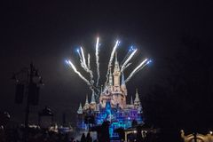 Fyrverkerier på den förtrollade sagobokslotten på Shanghai Disneyland, Kina royaltyfria foton