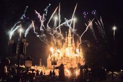 Fyrverkerier på den förtrollade sagobokslotten på Shanghai Disneyland, Kina arkivfoto