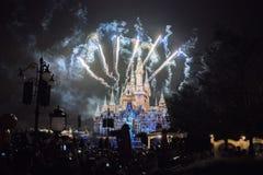 Fyrverkerier på den förtrollade sagobokslotten på Shanghai Disneyland, Kina royaltyfri fotografi