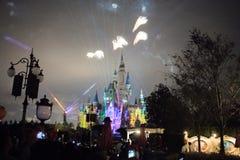 Fyrverkerier på den förtrollade sagobokslotten på Shanghai Disneyland, Kina arkivbilder