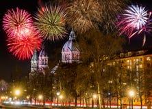Fyrverkerier på den Sankt Lukas kyrkan i Munich på natten royaltyfria bilder