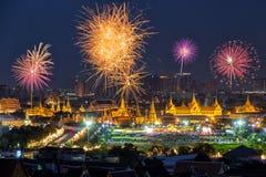 Fyrverkerier på den storslagna slotten på skymning i Bangkok Royaltyfri Bild