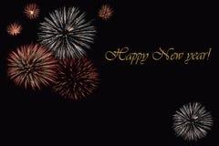 Fyrverkerier på en mörk bakgrund och en ` för lyckligt nytt år för text`, Royaltyfri Bild