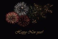 Fyrverkerier på en mörk bakgrund och en ` för lyckligt nytt år för text`, Arkivfoton