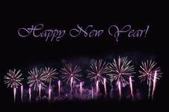 Fyrverkerier på en mörk bakgrund och en ` för lyckligt nytt år för text`, Fotografering för Bildbyråer