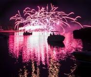 Fyrverkerier på floden Royaltyfria Bilder