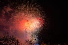 Fyrverkerier på flodstranden - beröm av det nya året i Lond fotografering för bildbyråer