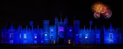 Fyrverkerier på Hampton Court Palace Arkivbild