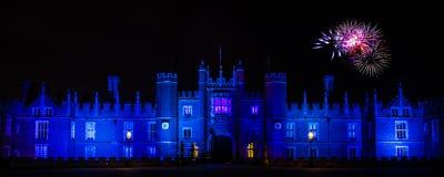 Fyrverkerier på Hampton Court Palace Arkivbilder