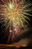 Fyrverkerier på helgdagsafton för nya år Arkivfoto