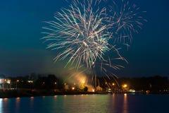 Fyrverkerier på natten över vatten Royaltyfri Bild