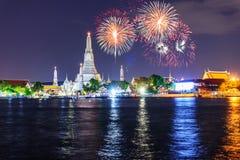 Fyrverkerier på Wat Arun Ratchawararam Ratchawaramahawihan Public Landmark royaltyfria bilder