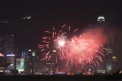 Fyrverkerier på Victoria Harbor i Hong Kong Arkivbilder