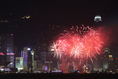 Fyrverkerier på Victoria Harbor i Hong Kong Arkivfoton