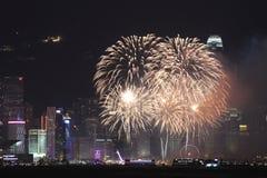 Fyrverkerier på Victoria Harbor i Hong Kong Arkivbild