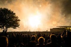 Fyrverkerier som blåser - upp i festivalen, håller ögonen på folket beauti royaltyfria foton