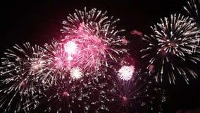 Fyrverkerier som exploderar i natten